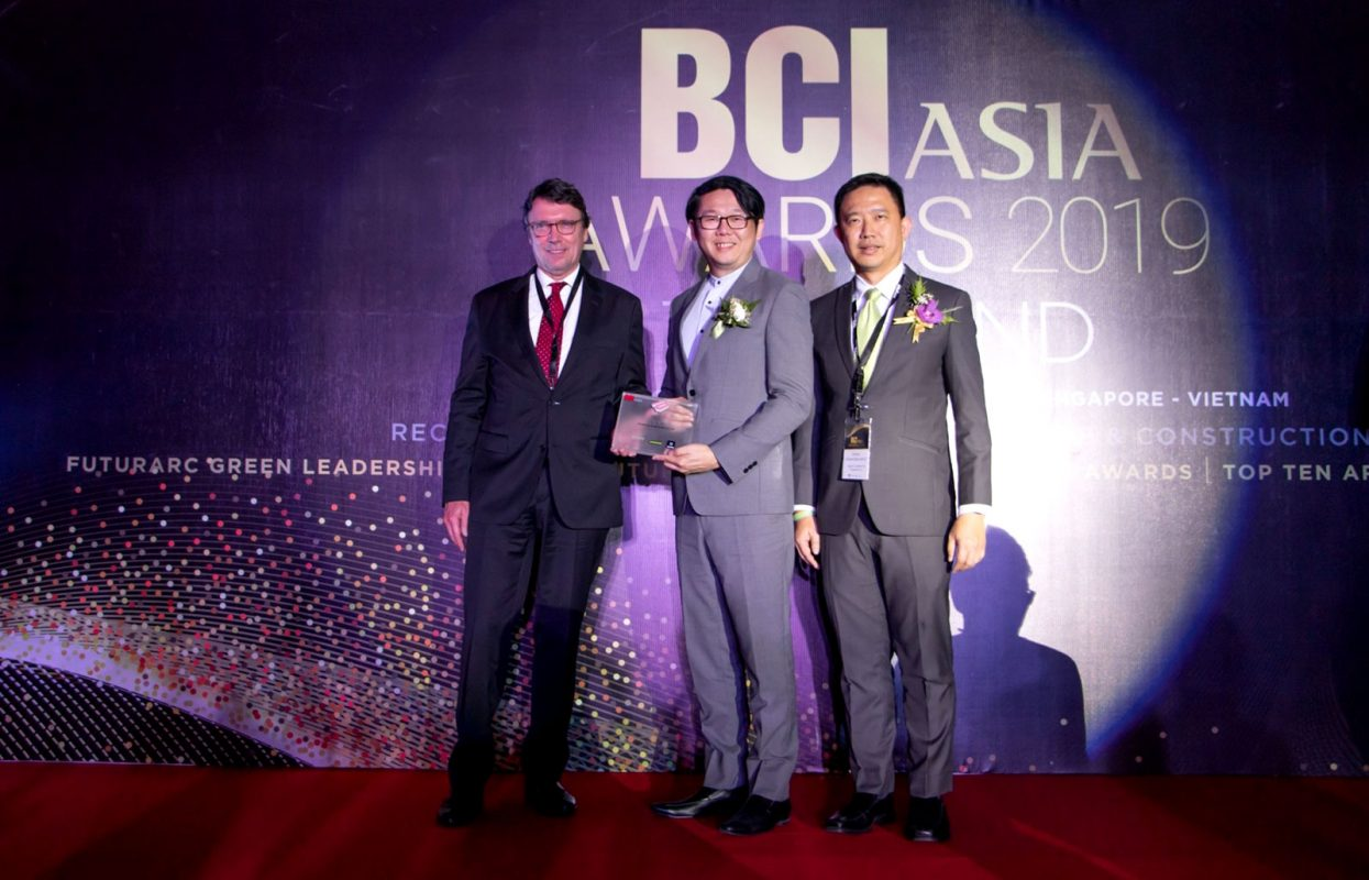 """นายสิริพงศ์ ศรีสว่างวงศ์ ประธานเจ้าหน้าที่สายงานการตลาดและการขาย บริษัท ออริจิ้น พร็อพเพอร์ตี้ จำกัด (มหาชน)เป็นผู้แทนบริษัทฯ เข้ารับมอบรางวัล """"BCI Asia Top 10 Developer Awards 2019"""" ในงาน BCI Asia Awards 2019"""
